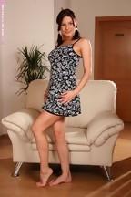 Anita Queen en un sillón masturbándose con un dildo, foto 1