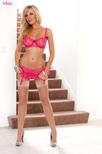Cikita quitándose una lencería rosa muy sexy, foto 2