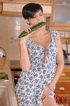 Coco De Mal masturbándose con un pepino, foto 4