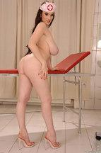 Enfermera tetona Anna Song posa desnuda y depilada, foto 9
