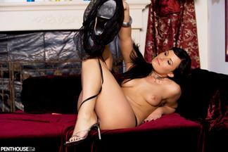Eve Nicholson posando a cuatro patas, foto 11