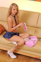 Goldie masturbando su coñito depilado con un dildo rosa, foto 9