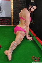 Isla posa con una lencería rosa encima de una mesa de billar, foto 14