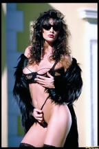 Julie Strain posa al aire libre con una lencería negra, foto 7