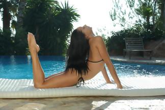 July Saint abierta de piernas en una piscina, foto 4