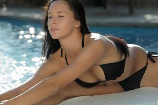 July Saint abierta de piernas en una piscina, foto 8