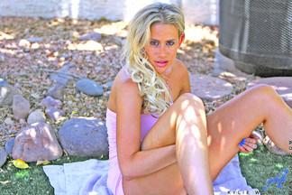 Kylie G. Worthy masturbándose con un dildo al aire libre, foto 2