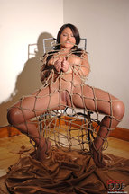 Lana S. desnuda atada a una silla, foto 10