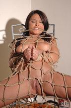 Lana S. desnuda atada a una silla, foto 11