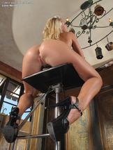 Lena Nicole jugando con un pepino en la cocina, foto 10