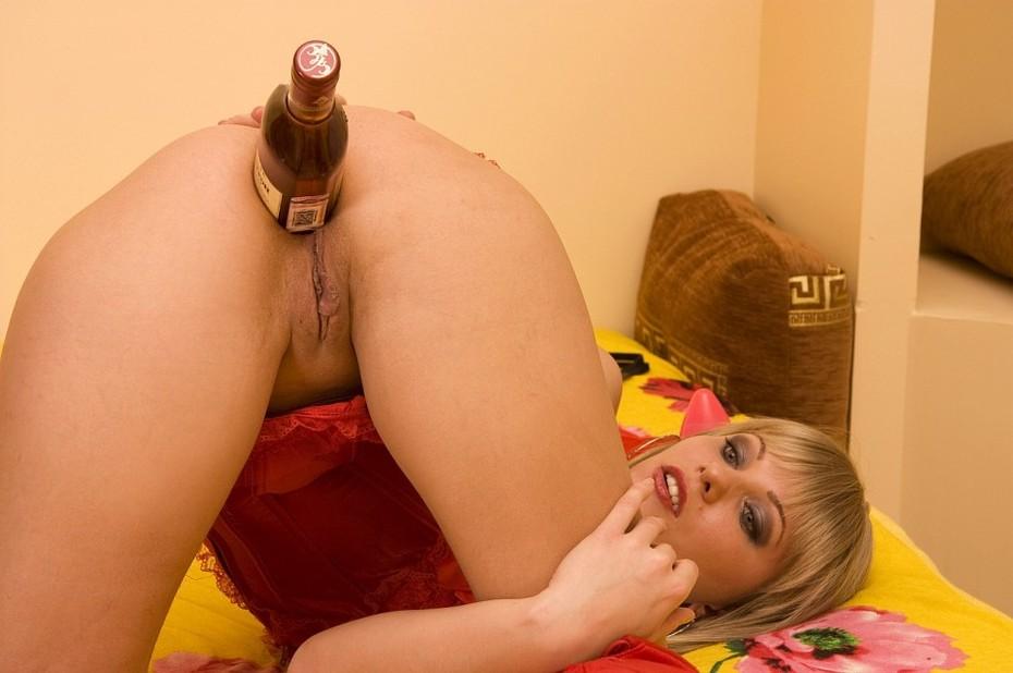 транссексуалка ебет себя бутылкой подставила руку