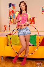 Nikita Williams desnudándose y jugando con un hula hoop, foto 1