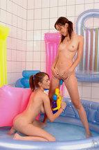 Nikita Williams y Nelly Sullivan masturbándose en una bañera de agua, foto 10