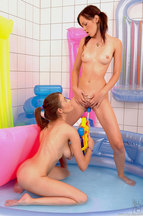 Nikita Williams y Nelly Sullivan masturbándose en una bañera de agua, foto 12