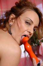 Rebecca Bardoux masturbándose con un dildo naranja, foto 15