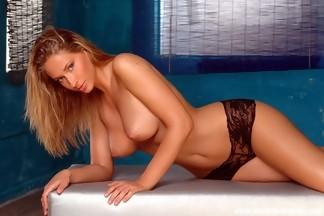 Impresionante Roxy Carter quitándose unas medias negras y posando desnuda, foto 5