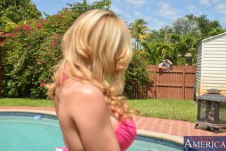 Alyssa Lynn follada POV en una piscina con Bruno Dickemz, foto 2