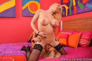 Sexo lésbico con Breanne Benson y Kagney Linn Karter, foto 10
