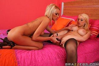 Sexo lésbico con Breanne Benson y Kagney Linn Karter, foto 12