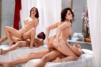 Chanel Preston y Monique Alexander en una orgía con Tommy Gunn y Xander Corvus, foto 12