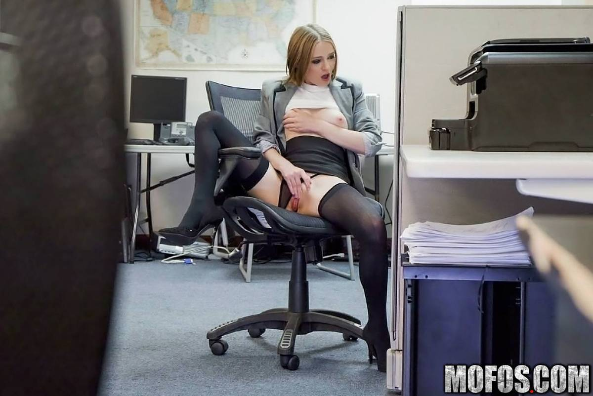 Латинка мастурбирует на работе в офисе на стуле