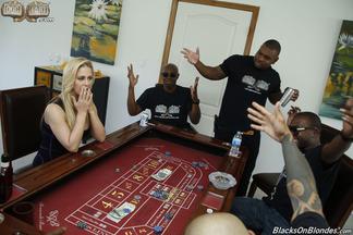 Gangbang interracial con la guarra Cherie Deville, foto 1
