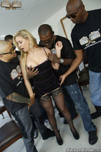 Gangbang interracial con la guarra Cherie Deville, foto 3