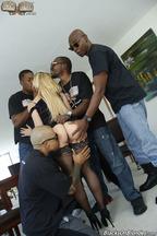 Gangbang interracial con la guarra Cherie Deville, foto 4