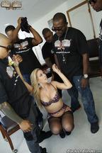 Gangbang interracial con la guarra Cherie Deville, foto 6
