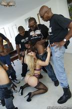 Gangbang interracial con la guarra Cherie Deville, foto 8