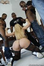 Gangbang interracial con la guarra Cherie Deville, foto 10