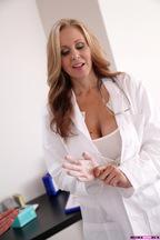 Julia Ann cree que el tratamiento para Sandra Luberc es la polla de Tyler Nixon, foto 4