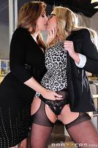 Lésbico entre las pechugonas Julia Ann y Olivia Austin, foto 4