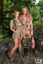 Lésbico entre las pechugonas Loulou Petite y Danielle Maye, foto 1