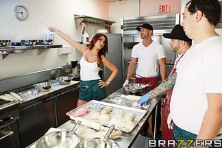 Monique Alexander follándose en la cocina a Johnny Sins, foto 5