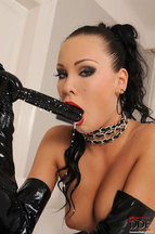 Nikita Black masturbándose con un dildo y mucha leche, foto 10