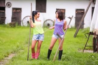 Tess Lyndon y Mia Manarote masturbándose con dildos al aire libre, foto 1