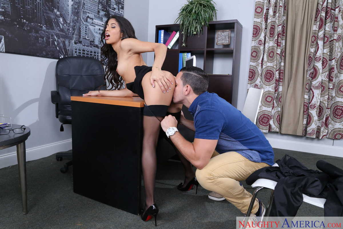 Negra follada duro sobre un escritorio - Canalpornocom